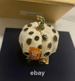 Estee Lauder Se Réjouit Du Ball Compact Pour La Nouvelle Boîte De Parfum Solide
